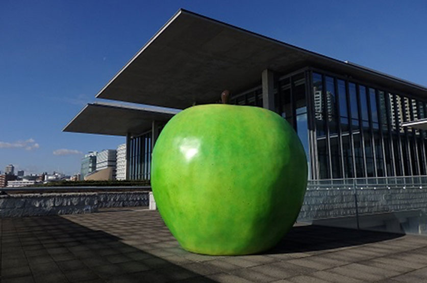Outdoor exhibit『Green Apple』on a terrace which faces the sea
